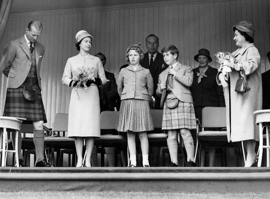 Le prince Charles avec ses parents, sa soeur sa grand-mère, la Queen Mum, le 9 septembre 1960