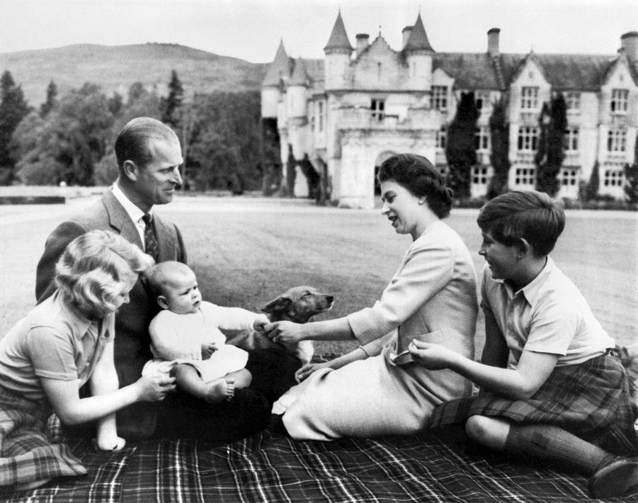 Le prince Charles avec ses parents, sa soeur Anne et son frère Andrew, le 9 septembre 1960