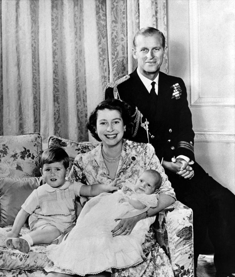 Le prince Charles avec ses parents et sa petite soeur la princesse Anne, en octobre 1950