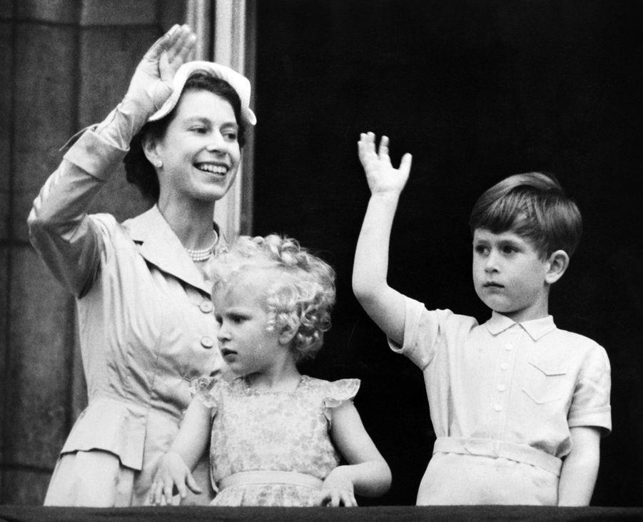 Le prince Charles avec la reine Elizabeth II et la princesse Anne, le 16 mai 1954