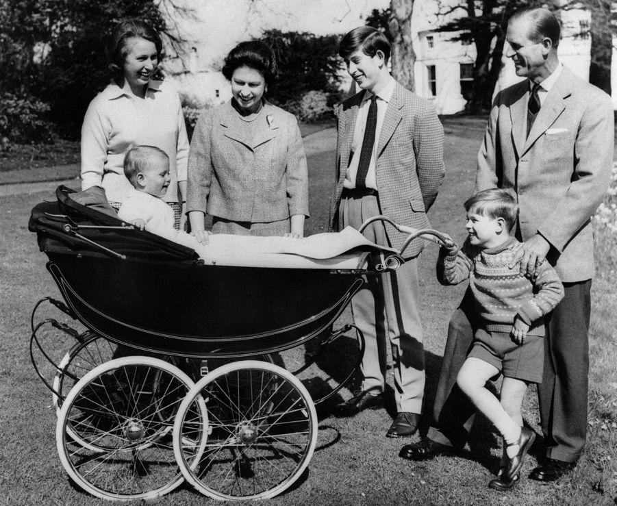 Le prince Charles avec ses parents, sa soeur Anne et ses frères Andrew et Edward, le 21 avril 1965