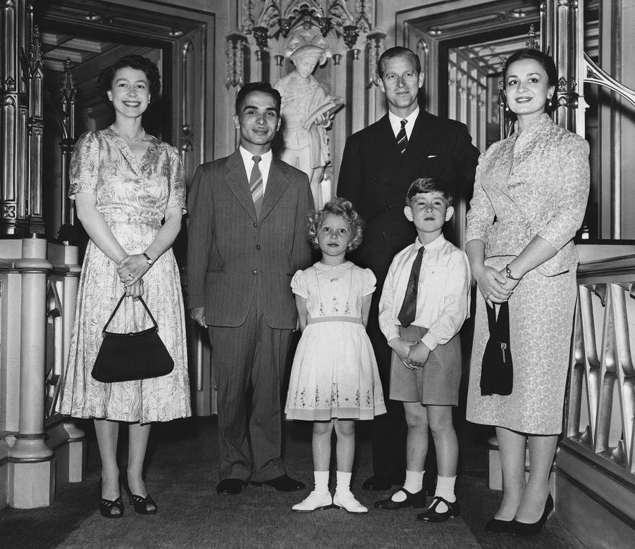 Le prince Charles avec ses parents et sa petite soeur, ainsi que le roi Hussein et la reine Dina de Jordanie, le 19 juin 1955