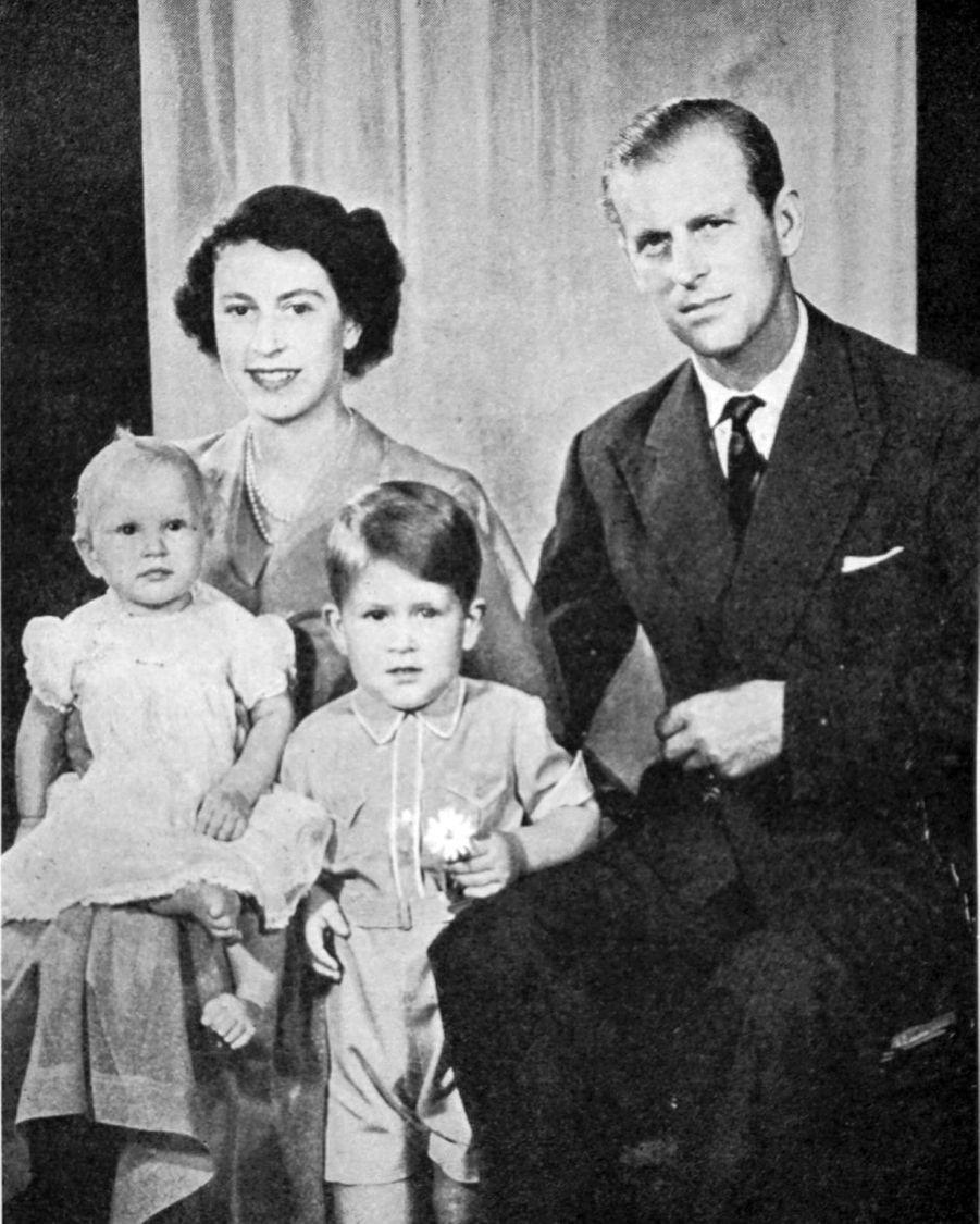Le prince Charles avec ses parents et sa petite soeur la princesse Anne. Photo non datée