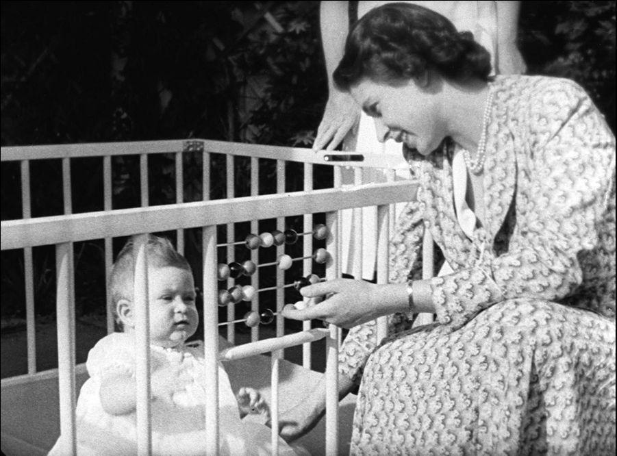 Le prince Charles avec sa mère la princesse Elizabeth, le 18 juillet 1949