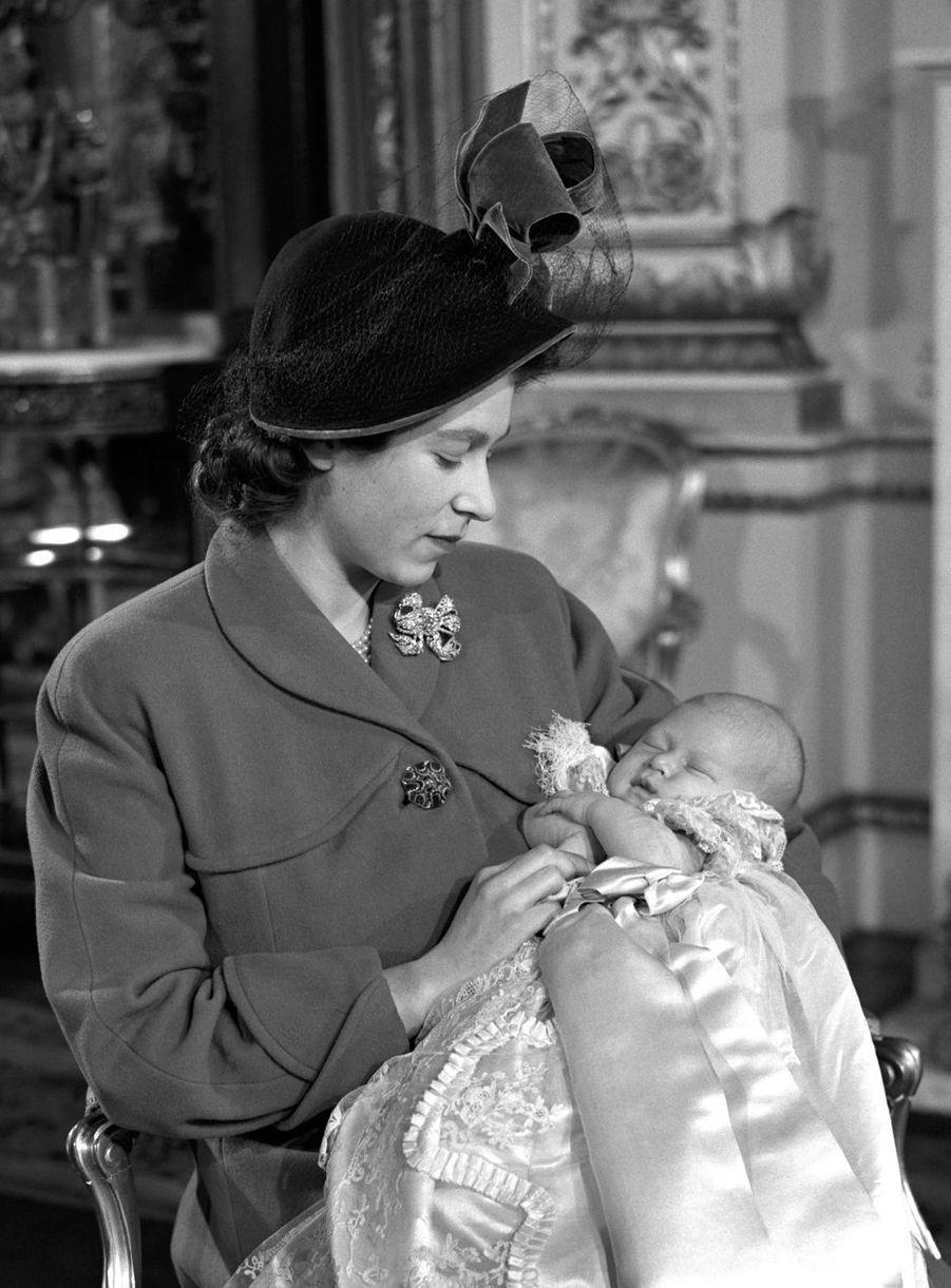 Le prince Charles avec sa mère la princesse Elizabeth, le jour de son baptême, le 15 décembre 1948