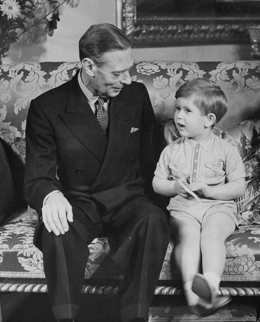 Le prince Charles avec son grand-père le roi George VI, le 14 novembre 1951, le jour de ses 3 ans