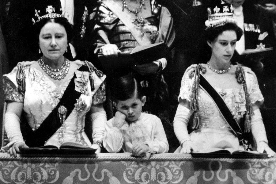 Le prince Charles entre sa grand-mère la reine-mère Elizabeth et sa tante la princesse Margaret, le jour du sacre d'Elizabeth II, le 2 juin 1953