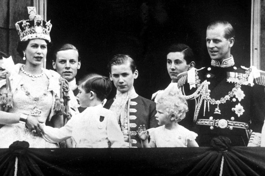 Le prince Charles avec son père le prince Philip, sa soeur la princesse Anne et sa mère la reine Elizabeth II, le jour du sacre de celle-ci, le 2 juin 1953
