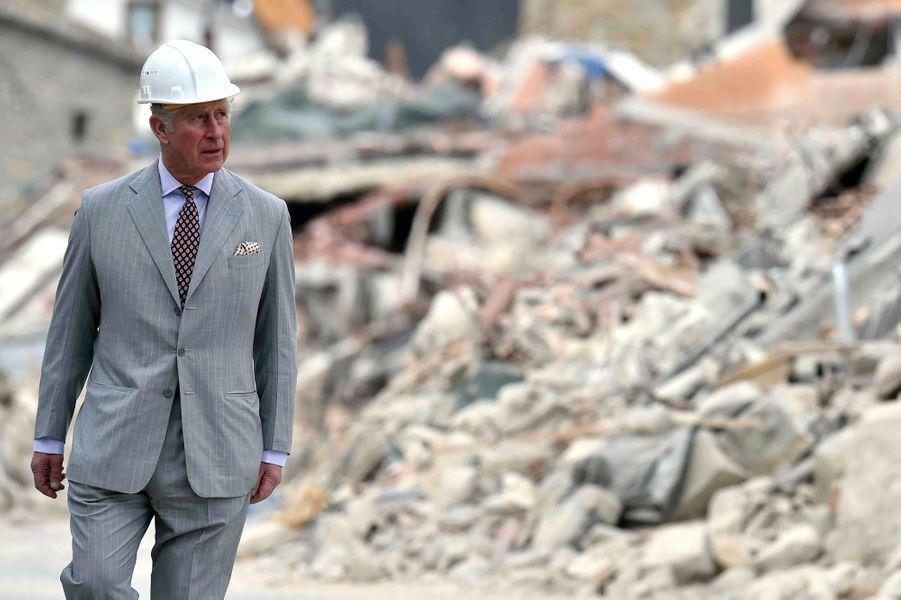 Le Prince Charles Au Chevet D'Amatrice En Italie, Détruite En Août 2016 Par Un Séisme 14