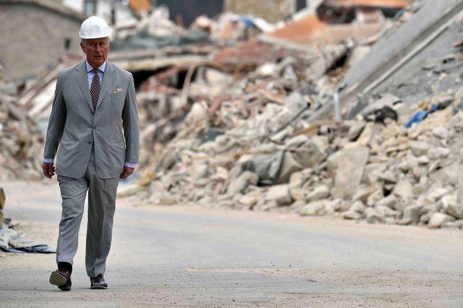 Le Prince Charles Au Chevet D'Amatrice En Italie, Détruite En Août 2016 Par Un Séisme 15