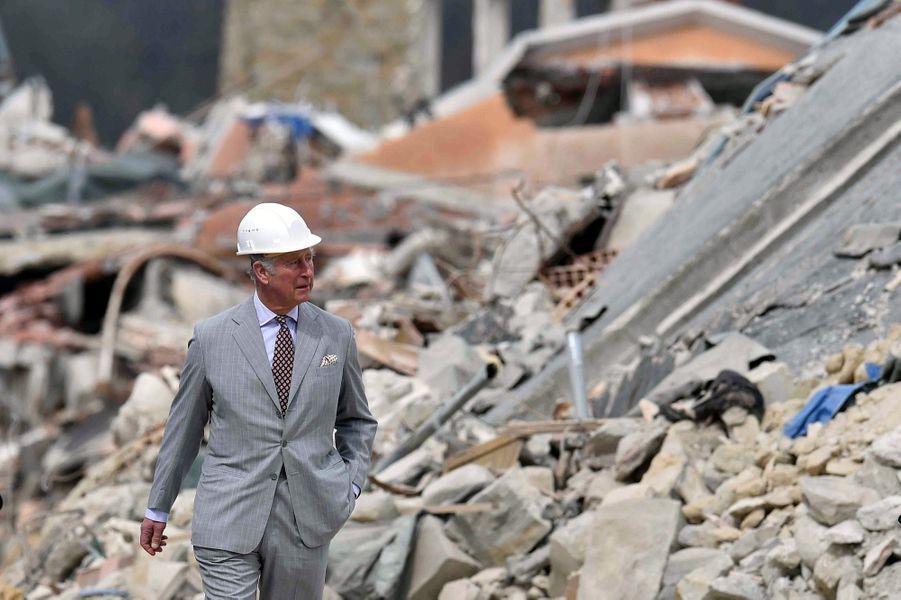 Le Prince Charles Au Chevet D'Amatrice En Italie, Détruite En Août 2016 Par Un Séisme 16