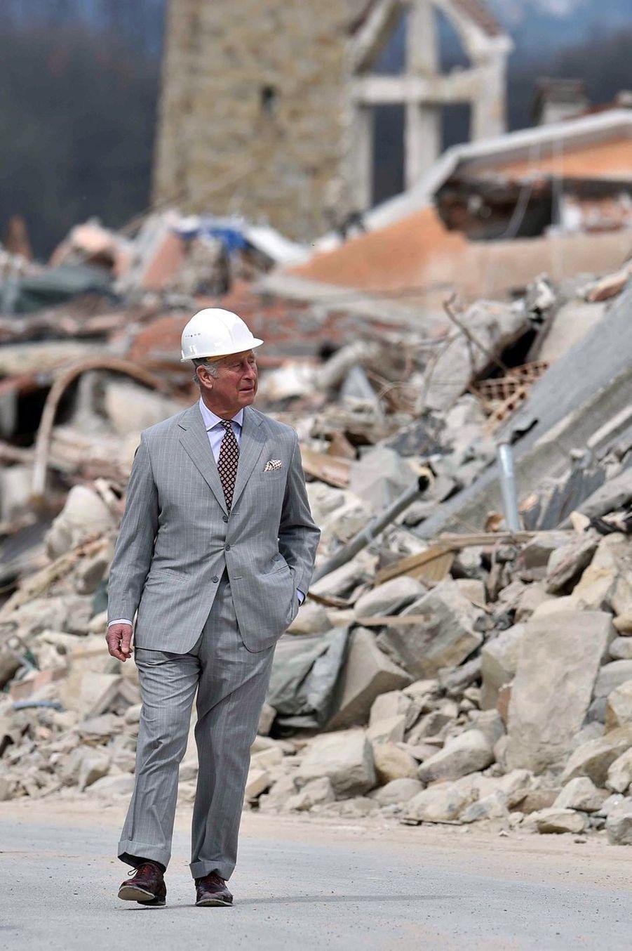 Le Prince Charles Au Chevet D'Amatrice En Italie, Détruite En Août 2016 Par Un Séisme 17