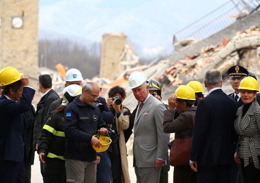 Le Prince Charles Au Chevet D'Amatrice En Italie, Détruite En Août 2016 Par Un Séisme 2