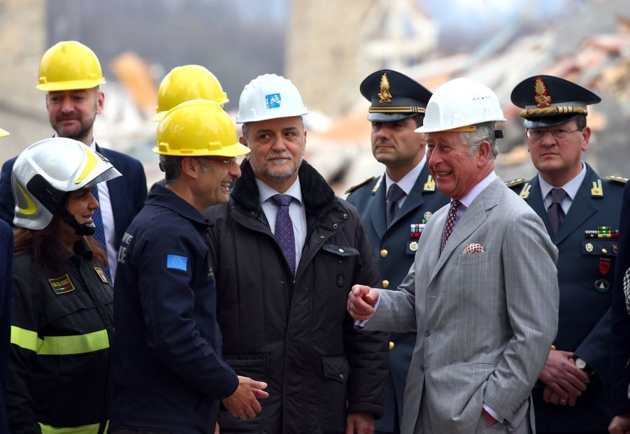 Le Prince Charles Au Chevet D'Amatrice En Italie, Détruite En Août 2016 Par Un Séisme 4