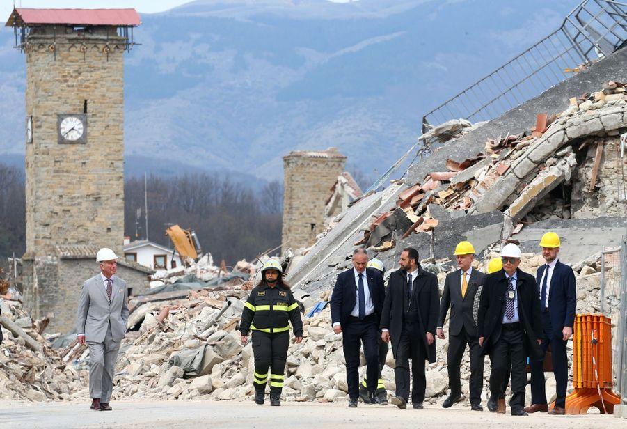 Le Prince Charles Au Chevet D'Amatrice En Italie, Détruite En Août 2016 Par Un Séisme 6