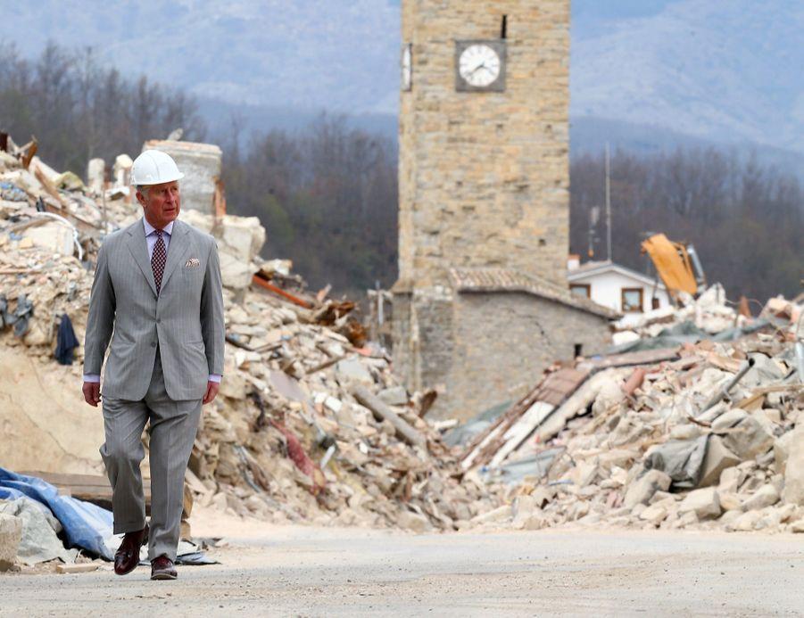 Le Prince Charles Au Chevet D'Amatrice En Italie, Détruite En Août 2016 Par Un Séisme 7