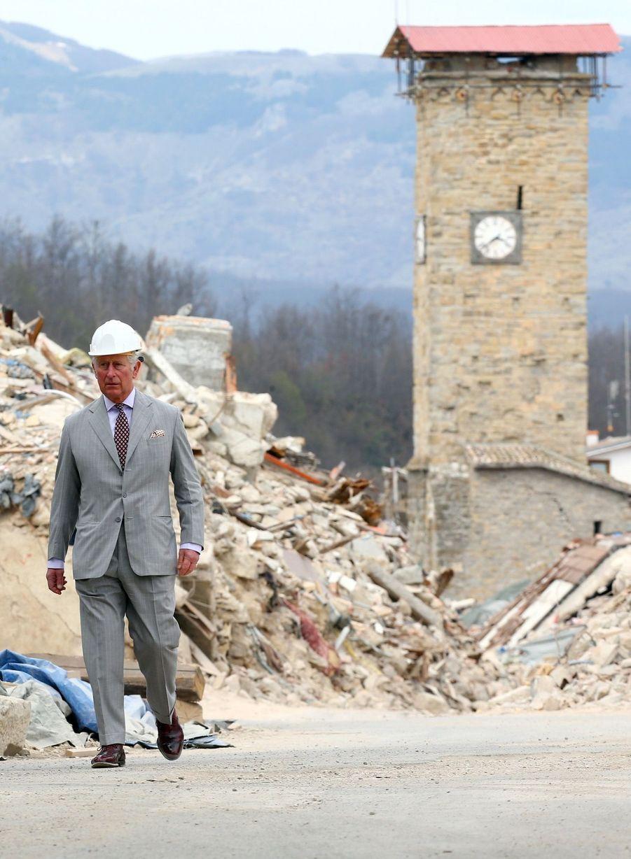 Le Prince Charles Au Chevet D'Amatrice En Italie, Détruite En Août 2016 Par Un Séisme 8