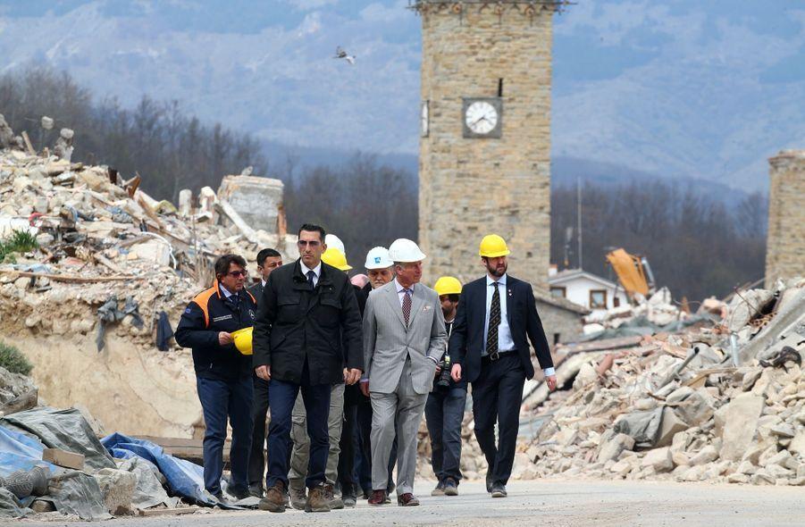 Le Prince Charles Au Chevet D'Amatrice En Italie, Détruite En Août 2016 Par Un Séisme 9
