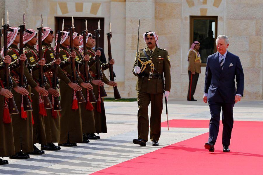 Le prince Charles reçoit les honneurs de la garde à Aman, le 8 février 2015