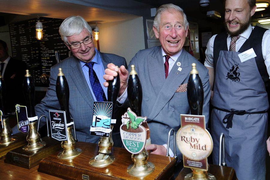 Le prince Charles dans un pub à Hudswell près de Richmond, le 10 septembre 2015