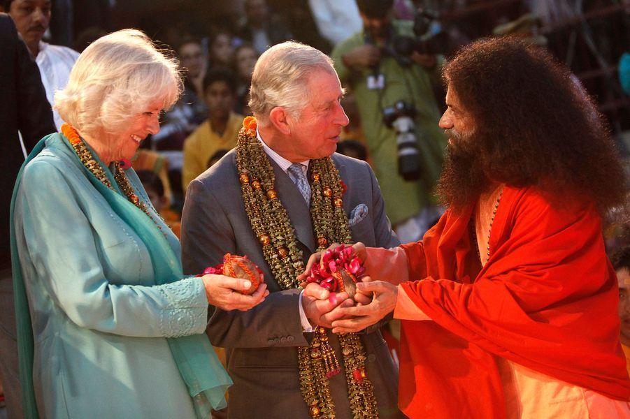 Le prince Charles et la duchesse de Cornouailles sont en voyage officiel en Inde pour neuf jours. Ils ont suivi une cérémonie hindoue de bénédiction au bord du fleuve sacré du Gange, dans la cité de Rishikesh.