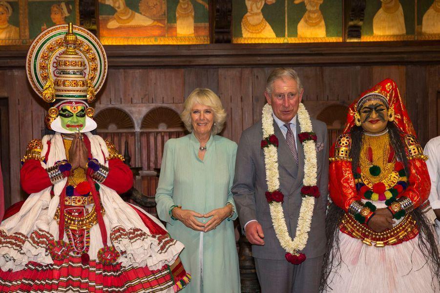 Le voyage officiel du prince Charles et de son épouse Camilla se poursuit en Inde. Après la visite des temples et les réceptions protocolaires, place à la culture indienne: ils ont visité dimanche le musée des arts et du folklore Keralan, à Fort Kochi (Cochin en Français), dans le sud du pays, avant d'assister le soir à une représentation théâtrale. Ouvert en 2009, le musée rassemble de nombreuses oeuvres d'arts, mais aussi des bijoux et des tenues.