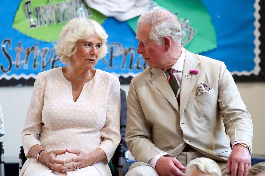 Le prince Charles et la duchesse de Cornouailles Camilla à New Tregedar, le 4 juillet 2019