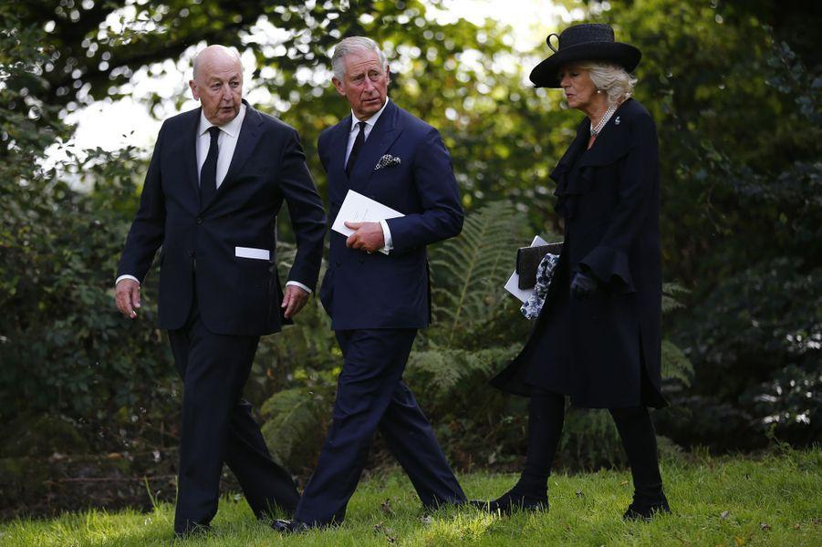 """Charles et Camilla pleurent """"Debo"""", la drôle de duchesse"""