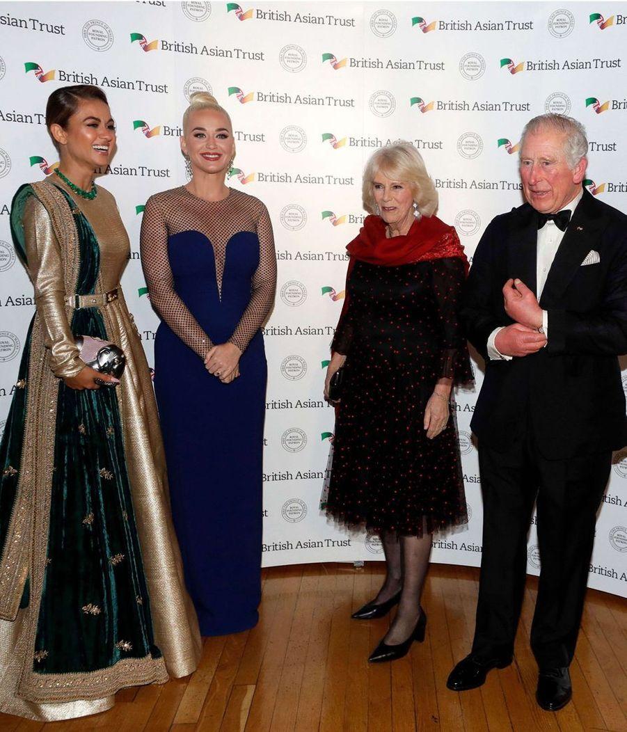 Le prince Charles et la duchesse de Cornouailles Camilla avec Katy Perry et Natasha Poonawalla à Londres, le 4 février 2020