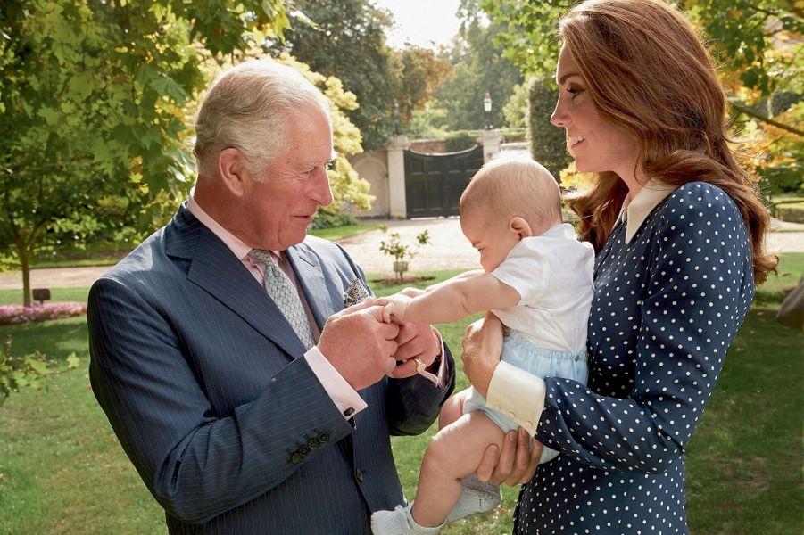Chez lui, à Clarence House, avec Kate et Louis, le 5 septembre. Ce sujet est illustré par une série de photos célébrant les 70 ans de Son Altesse Royale.