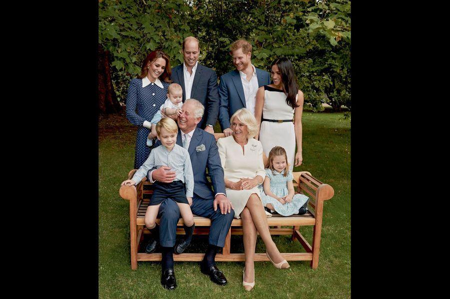 De g. à dr., autour de Charles et Camilla, George, 5 ans, et Charlotte, 3 ans. Debout : Kate avec Louis, William, Harry et Meghan.