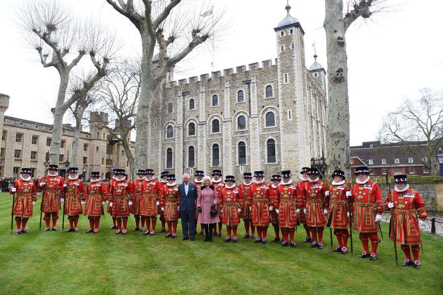 Le prince Charles et la duchesse de Cornouailles Camilla avec les Yeoman Warders à la Tour de Londres, le 13 février 2020