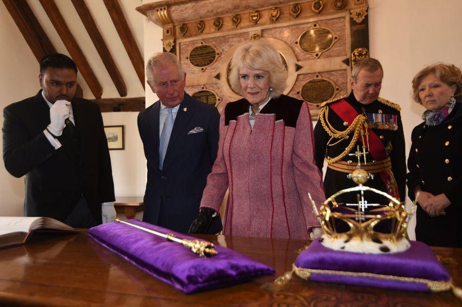 Le prince Charles et la duchesse de Cornouailles Camilla devant la couronne et le sceptre du Prince de Galles à la Tour de Londres, le 13 février 2020
