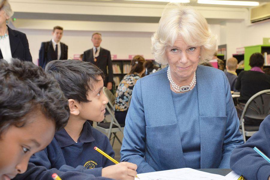La duchesse de Cornouailles Camilla à la Islington Central Library à Londres, le 24 février 2016