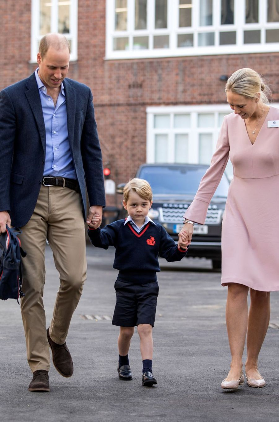 Le prince George de Cambridge à Londres avec le prince William et la directrice de son école, le 7 septembre 2017