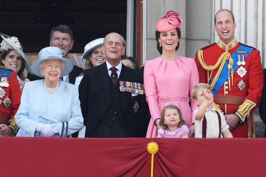 Au balcon pour la parade aérienne : la reine Elizabeth, le prince Philip, la duchesse de Cambridge, Catherine, le prince William et leurs deux enfants, Charlotte et George. Le petit prince salue les pilotes.