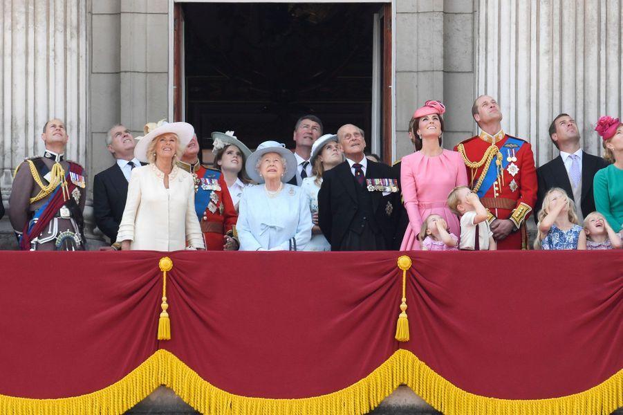 Sur cette photo plus largement cadrée, tout le clan apparaît, y compris le prince Charles et la duchesse de Cournouailles, Camilla.