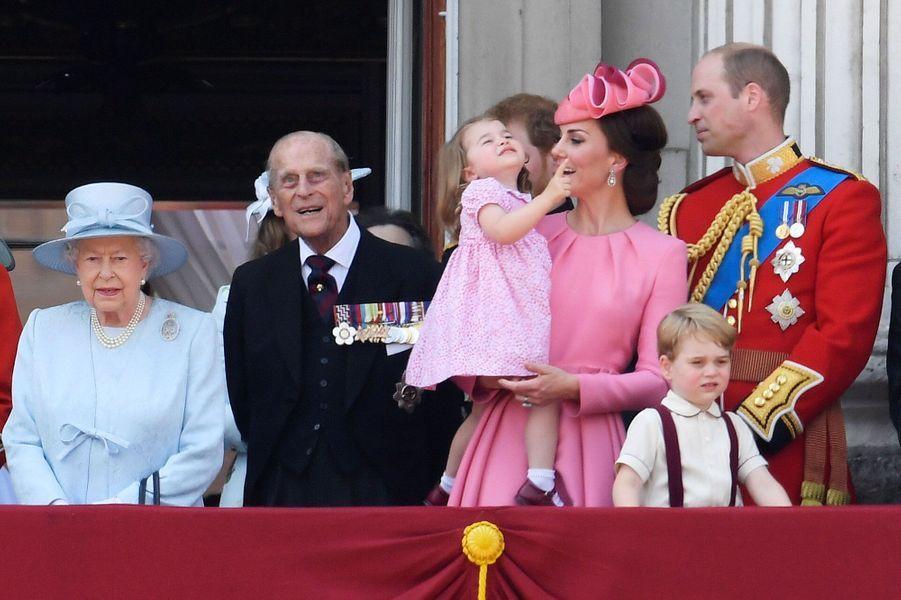La petite princesse Charlotte pointe le ciel du doigt : au-dessus de Londres, la Royal Air Force assure le spectacle.