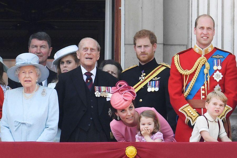 Kate se penche pour murmure un mot à l'oreille de la princesse Charlotte... et dévoile la présence du prince William.