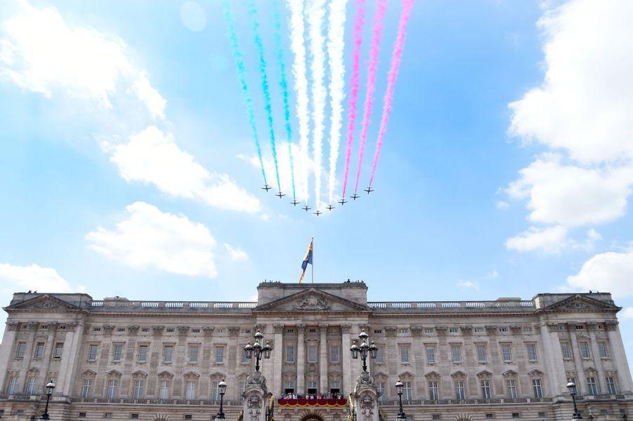 Les Red Arrows de la RAF survolent Buckingham Palace. Au balcon du palais, le prince George et la princesse Charlotte n'en ratent pas une miette...