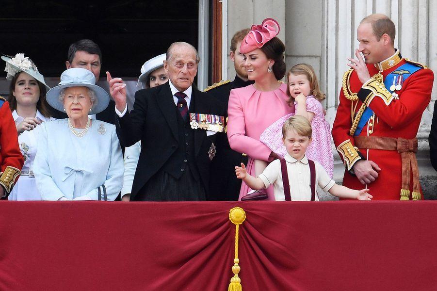 Mais que vient de dire le prince Philip? La duchesse Catherine et le prince William paraissent en tout cas très amusés.