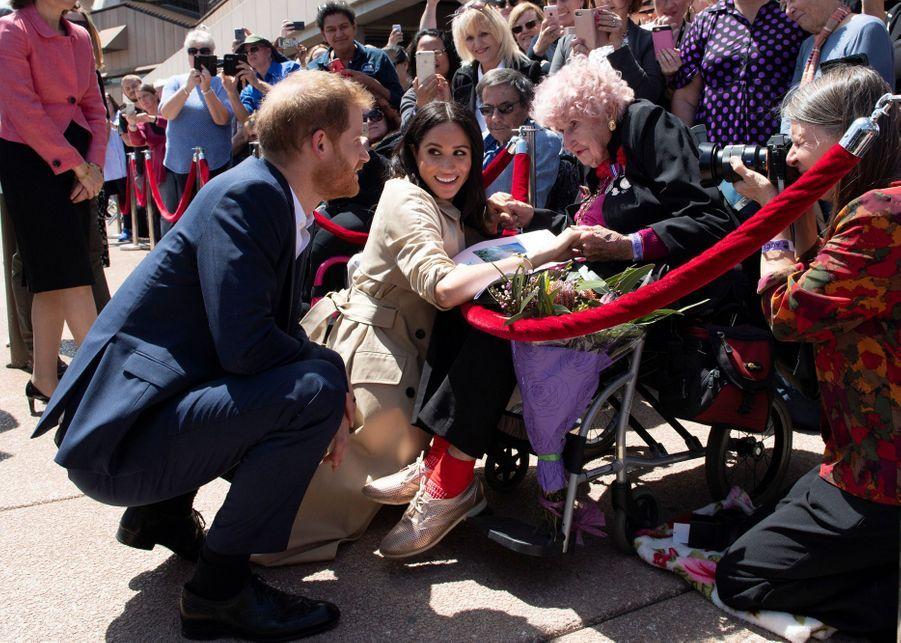 Le prince Harry et Meghan Markle rencontrent Daphne Dunneà Sydney, le 16 octobre 2018