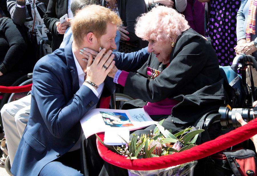 Le prince Harry avec Daphne Dunneà Sydney, le 16 octobre 2018