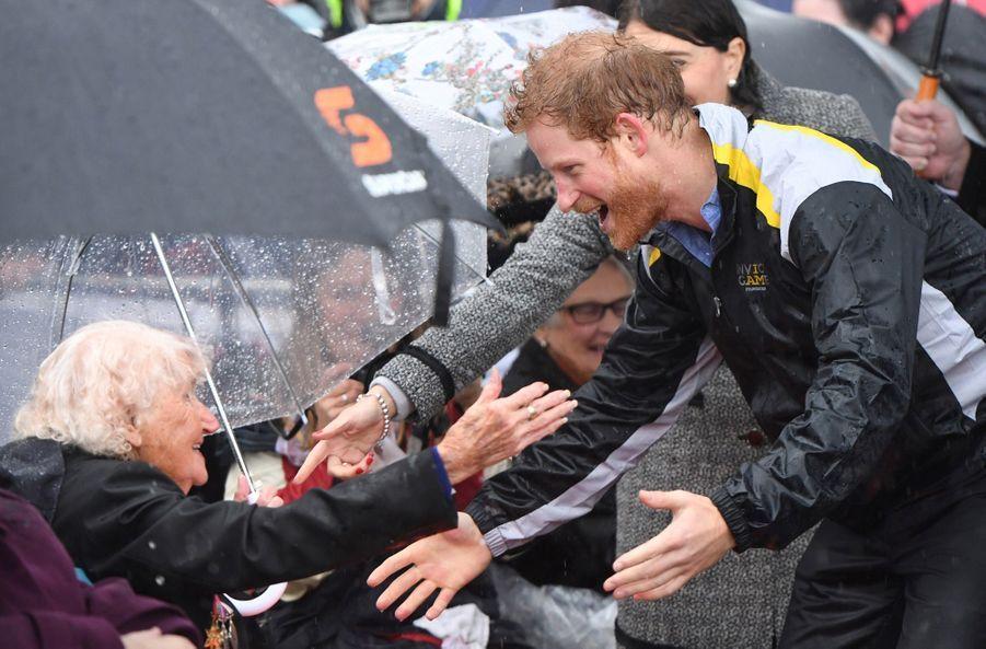 Le prince Harry avec Daphne Dunneà Sydney, le 7 juin 2017