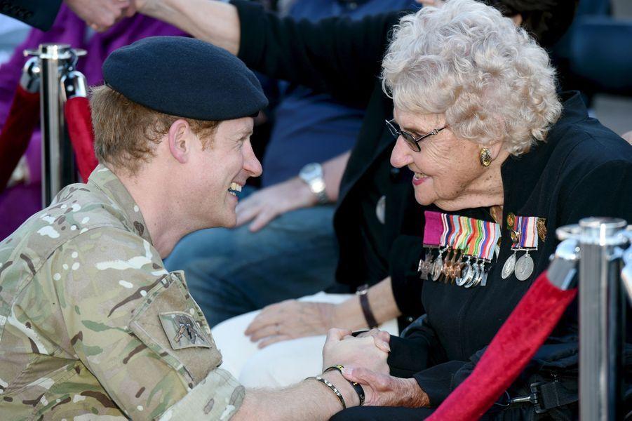 Le prince Harry avec Daphne Dunneà Sydney, le 7 mai 2015