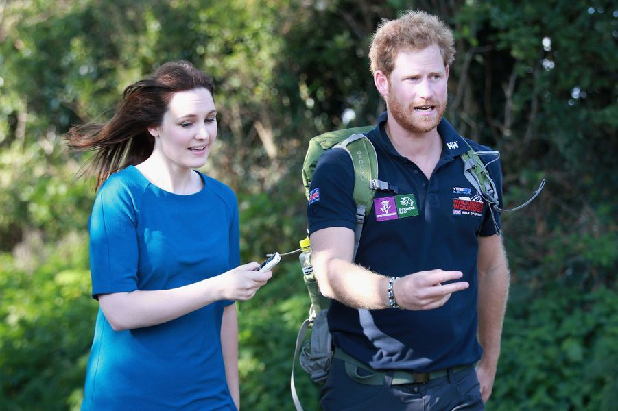 """Le prince Harry avec une journaliste à la """"Walk of Britain"""" dans le Shropshire, le 30 septembre 2015"""
