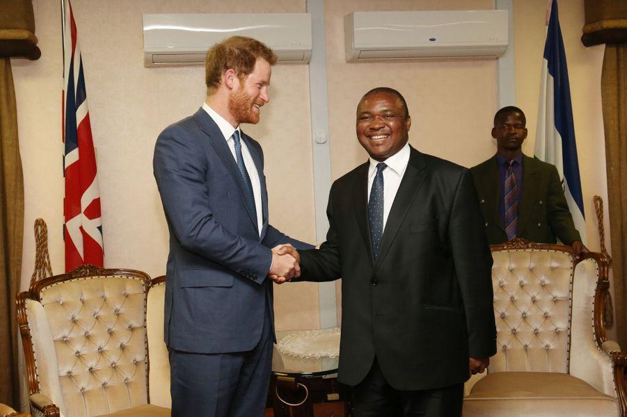 Le prince Harry avec le Premier ministre du Lesotho Mothetjoa Metsing, le 26 novembre 2015