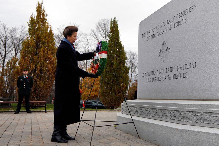 Le princesse Anne de Grande-Bretagne au cimetière militaire national d'Ottawa, le 10 novembre 2014
