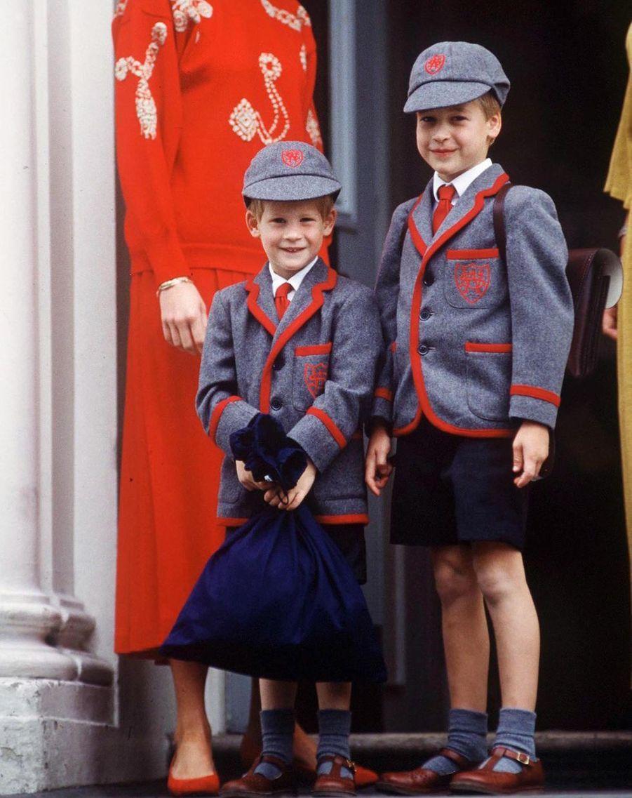 Le prince Harry accompagne son frère le prince William lors de son premier jour d'école à la Wetherby School à Londres en septembre 1989
