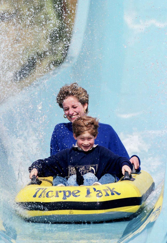 Le prince Harry avec sa mère Diana lors d'une virée au parc d'attractions Thorpe Park en avril 1992